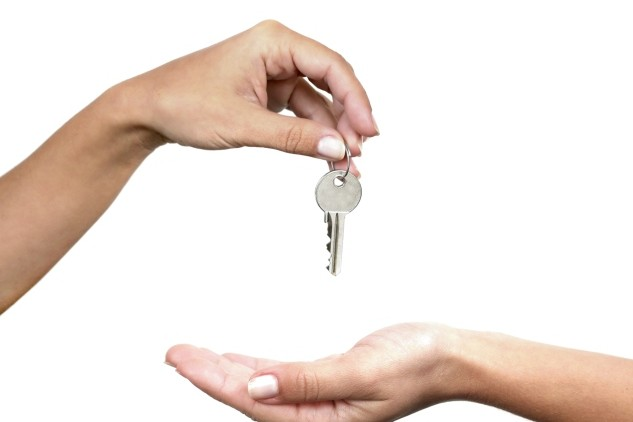 handing off keys to another hand